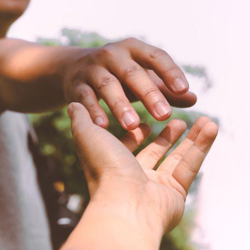 Deux personnes se tendent la main